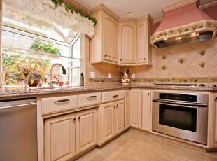 简欧风格的小厨房,绿白色窗帘和墙面的花纹式样为素雅的厨房增添了一丝俏皮与活力。,厨房,简约,欧式,黄色,粉色,窗帘,收纳,墙面,