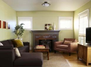 简约风格客厅,淡雅的春色和深色的家具对比感强烈,让简洁的空间不再单调。,客厅,简约,春色,黑白,原木色,灯具,墙面,