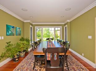 中式简约风格餐厅,长方形的空间只摆放一张矩形原木餐桌,显得简洁大方。此外,浅绿色的墙面和植物也给餐厅增添了青春活力。,餐厅,餐台,中式,简约,墙面,春色,绿色,原木色,白色,