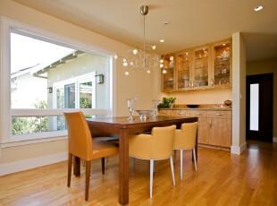 现代简约风格的开放式餐厅,餐桌正对着大型窗户,视野开阔。看着户外的美景,用餐的心情会更加愉悦。,餐厅,餐台,现代,简约,墙面,灯具,收纳,原木色,黄色,