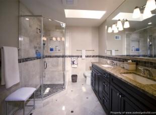 现代宜家风格卫生间,玻璃门和大镜子的设计让窄小的卫生间看起来更开阔。,卫生间,现代,宜家,收纳,灯具,白色,黑白,
