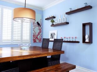 现代简约式餐厅,墙面色调柔和、浪漫,使得深色餐桌的存在感更加强烈。,餐厅,餐台,现代,简约,小资,蓝色,黑白,原木色,灯具,墙面,