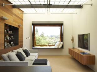 现代简约风格客厅,高空间和天窗使空间更觉宽敞、明亮。墙面巧妙设计成收纳柜,保证了空间的整洁干净。,客厅,现代,简约,原木色,白色,黑白,收纳,墙面,