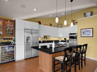 现代风格的厨房餐厅,活用对比强烈的色彩划分这个开放式空间的功能区域,并且色彩的对比让空间更具层次感。,厨房,餐厅,餐台,白色,黄色,黑白,原木色,现代,宜家,墙面,收纳,灯具,
