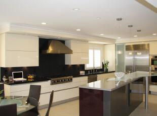 现代主义厨房,给人干净利落的感觉,符合白领简单实用的需求。,厨房,现代,白色,黑白,吧台,