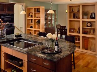 现代豪华厨房,深浅不同的原木家具凸显出高雅的生活品质。,厨房,现代,吧台,收纳,灯具,原木色,