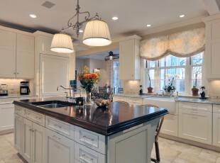 欧式厨房,在淡黄色灯光照射下的厨房显得素雅洁净。,厨房,欧式,灯具,窗帘,墙面,餐台,白色,黑白,