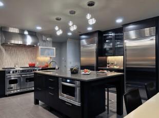 现代风格厨房,黑色与银色的大量应用让家具富有质感,同时也营造出清冷的感觉。,厨房,现代,黑白,白色,墙面,灯具,餐台,
