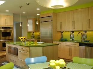 田园风格的现代主义厨房,绿色黄色交接带来自然的气息。,厨房,田园,现代,宜家,绿色,黄色,原木色,灯具,墙面,收纳,