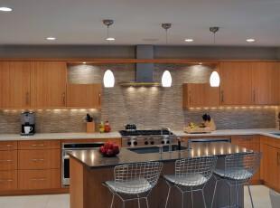 现代风格厨房,原木家具带来的温馨亲切的感觉在整个冷色系的空间中更加明显。,厨房,现代,小资,餐台,灯具,墙面,收纳,原木色,