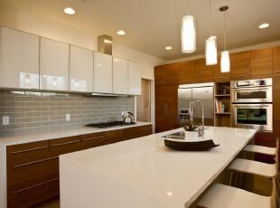 现代主义厨房,洁净的厨房和餐台创造了舒适的就餐环境。,厨房,现代,原木色,白色,墙面,吧台,餐台,灯具,收纳,
