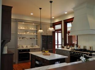 简约欧式厨房,有种典雅的小资情调。,厨房,简约,欧式,灯具,收纳,餐台,白色,原木色,