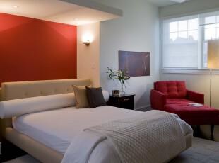 现代简约风格卧室,透露出简洁小家的温馨。,卧室,现代,简约,灯具,墙面,白色,红色,