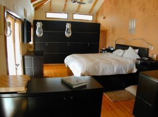 现代主义卧室,高空间和多窗户设计让卧室更显敞亮。,卧室,现代,原木色,黄色,黑白,灯具,收纳,墙面,