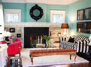 简约欧式客厅,颇显小资格调。,客厅,简约,欧式,黑白,白色,蓝色,红色,收纳,相片墙,灯具,墙面,