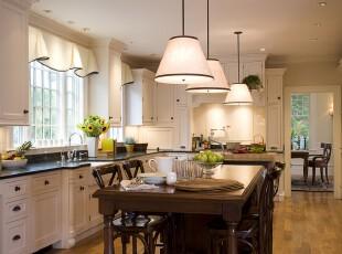 简约欧式厨房餐厅,整洁大方。,厨房,餐厅,餐台,欧式,简约,灯具,窗帘,收纳,黑白,原木色,
