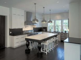 简约欧式厨房餐厅,黑白色调的空间十分干净简洁。,厨房,餐厅,简约,欧式,黑白,白色,灯具,餐台,