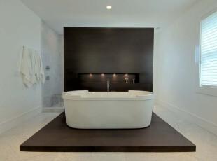 现代简约主义卫生间,大面积的黑色与白色相撞,显得十分大气。,卫生间,现代,简约,黑白,白色,地台,墙面,