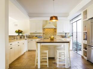 简约欧式厨房餐厅,开放式的设计和落地窗让整体更加敞亮。,厨房,餐厅,欧式,简约,餐台,灯具,白色,黄色,