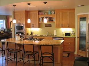 现代开放式厨房餐厅,原木色的橱柜在光照下显得明快温馨。,厨房,餐厅,餐台,现代,灯具,墙面,原木色,