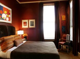 现代风格的个性卧室,大胆采用深色系使空间的存在感十分强烈。,卧室,现代,小资,墙面,相片墙,窗帘,灯具,红色,黑白,