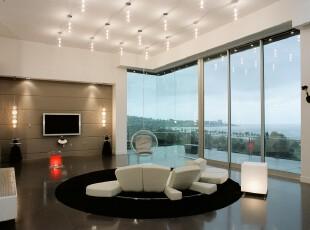 现代主义客厅,简约大气。客厅里加入不少日式元素,席地而坐,在现代风格灯笼的陪衬下望着窗外的碧水蓝天,十分惬意、舒畅。,客厅,日式,现代,灯具,墙面,黑白,白色,