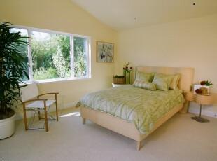 简约田园风格的阁楼卧室,浅色的田园色系与窗外的绿意相衬,在这样的阁楼里休息会感到十分的轻松自然。,阁楼,卧室,田园,简约,宜家,黄色,春色,绿色,粉色,
