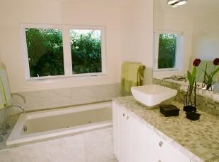 现代风格卫生间,使用镜子让空间看起来更开阔。主人将少量的绿色糅合进纯白主色调中,增添了一丝自然的气息。,卫生间,现代,宜家,白色,