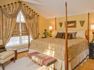 新古典的阁楼卧室设计,空间虽小却富有贵气。,阁楼,卧室,新古典,原木色,黄色,窗帘,灯具,墙面,