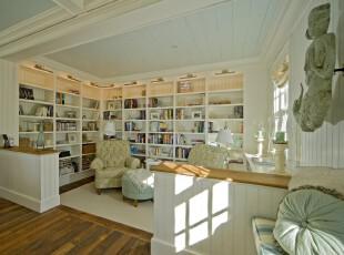 现代开放式书房,大型书柜能够满足书虫的收藏需求,素雅的颜色营造出一种宁静的读书环境。,书房,现代,宜家,墙面,收纳,工作台,灯具,白色,原木色,