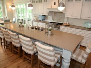 现代风格厨房餐厅,白色和黄色的配搭显得素雅大方。,厨房,餐厅,现代,宜家,餐台,灯具,白色,黄色,原木色,