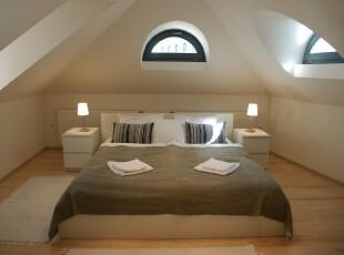 简约主义阁楼,对称式的设计犹显整洁大方,天窗的设计也十分有个性。,阁楼,卧室,简约,宜家,小资,黑白,白色,原木色,地台,灯具,