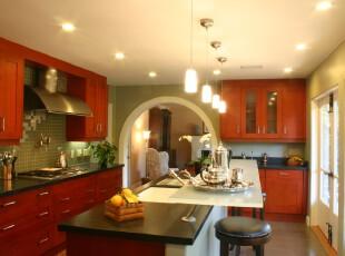 现代风格的厨房,丰富的色彩应用让厨房更显个性。,厨房,吧台,黑白,红色,绿色,灯具,墙面,收纳,