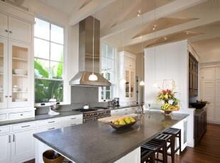 现代宜家厨房餐厅,白色主色调让厨房显得十分干净整洁。,厨房,餐厅,白色,黑白,现代,宜家,餐台,收纳,灯具,