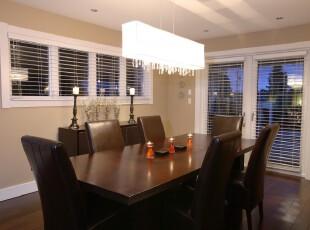 现代风格餐厅,笔直线条的家具突显一种商务范。,餐厅,现代,简约,餐台,灯具,黑白,原木色,