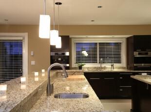 现代开放式厨房,黑色橱柜给人沉稳的感觉,石板吧台的质感很强烈,整体显得极为大气。,厨房,现代,简约,吧台,黑白,黄色,灯具,