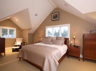 个性的阁楼卧室设计,不规则的天花板将空间分隔为两部分,并以此来摆放家具。,阁楼,卧室,现代,小资,墙面,白色,原木色,灯具,窗帘,