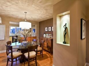 现代风格餐厅,圆形的餐桌正好搭配弧形的空间走势,特意挑选的灯具也晕染出同样形状的光影。而整体的原木色和黄色创造出温馨的家居环境。,餐厅,现代,餐台,灯具,相片墙,墙面,原木色,黄色,