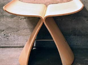 其他很多名款椅子多由欧美设计师设计,而这款 Butterfly Stool 是由由日本设计师柳 宗里 Sori Yanagi于1954年 所设计发表,将两片弯曲对称的夹板, 以金属细棍连结制作了这张造型优雅细致的 Butterfly Stool。是否很有东洋味道呢?,传统格调,椅凳,