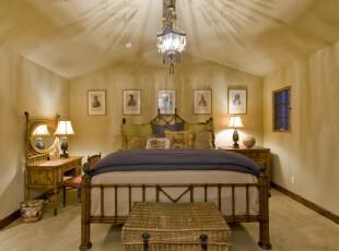 地中海风格的阁楼卧室,在灯影的陪衬下,异域情调更加浓郁。,阁楼,卧室,地中海,简约,灯具,相片墙,黄色,蓝色,白色,原木色,
