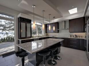 现代简约风格的厨房,紧靠庭院,采光条件甚好,宽敞的空间里没有摆放奢华的家具,反而选用原木橱柜和石板餐桌,更加贴近自然。,厨房,餐厅,餐台,灯具,现代,简约,宜家,黑白,原木色,