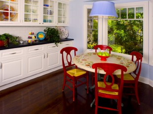 现代田园风格餐厅,鲜艳的自然色彩拼接出来,与窗外翠绿欲滴的景色相呼应,营造出一个轻松舒适的环境。,餐厅,现代,田园,宜家,白色,红色,黄色,紫色,绿色,原木色,灯具,餐台,墙面,