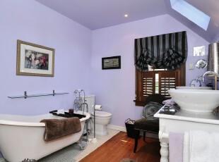 现代风格卫生间,紫色墙面和小天窗的设计体现出主人的浪漫情怀。,卫生间,现代,紫色,白色,窗帘,墙面,