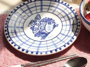 同样是纯净的蓝色, 与光感温润的陶瓷结合在一起, 不但拥有了润滑的质感,随着色彩深浅不断变化的光泽更惹人喜爱, 如同风景画作的餐具上,或是整片蓝色的蓝色涂抹, 或是轻巧的枝丫点缀,餐桌的情调信手拈来......,现代主义,碗盆,