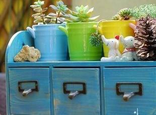 三个小抽屉,单个小抽屉尺寸14*11*10CM 优质的实木材质 两款颜色,干净的宝蓝色或者原木的颜色 浓郁的原木做旧风格 抽屉是黄铜拉手 背面有挂钩,可以挂在墙上也可以随意摆在桌上,现代主义,收纳箱,