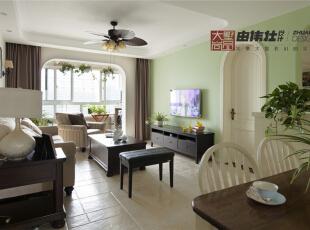 客厅以白色为主色调,随处可见的绿植搭配,为整个家带来了勃勃生机。,
