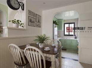 餐厅的对面就是开放式厨房,稍微抬头就能看见的挂钟提醒着人们时间的重要性。,