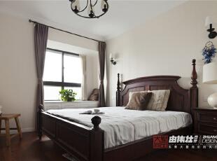 卧室增加了一个巧妙的收纳空间。,