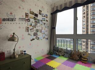 客房简单布置的电脑桌及书柜显得乱中有序,窗边的榻榻米既可以在白天沐浴阳光,也可以在夜间安眠。,