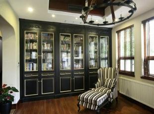 除了美式中的经典胡桃木色调,书柜的配色也是又一亮点,完全不同但又同样底蕴深沉。,